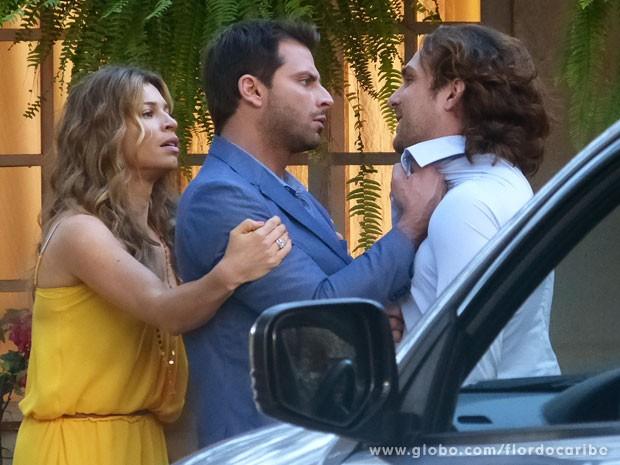 Cassiano não aguenta a provocação e vai para cima de Alberto (Foto: Flor do Caribe / TV Globo)