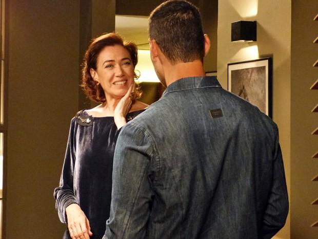 Maria Marta consegue disfarçar e é falsa com Maurílio  (Foto: Gshow)