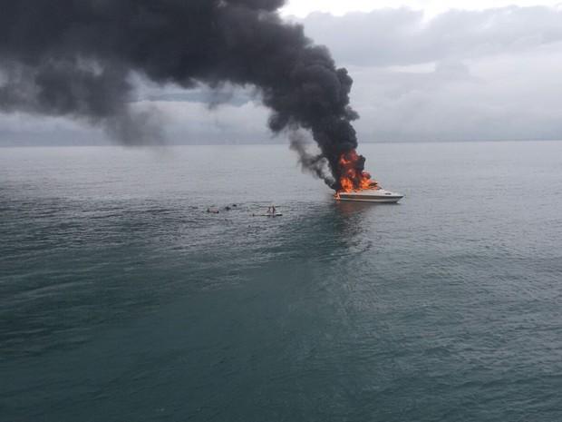 Embarcação pegou fogo enquanto estava no mar, próximo de Praia Grande (Foto: G1)