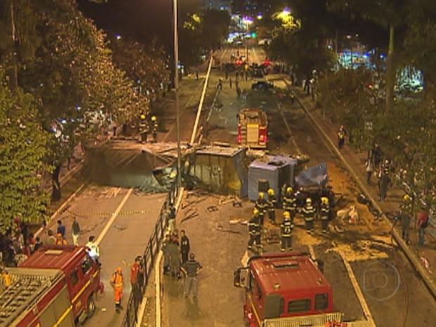 Carreta que transportava bobina causou o acidente em BH (Foto: Reprodução/TV Globo)