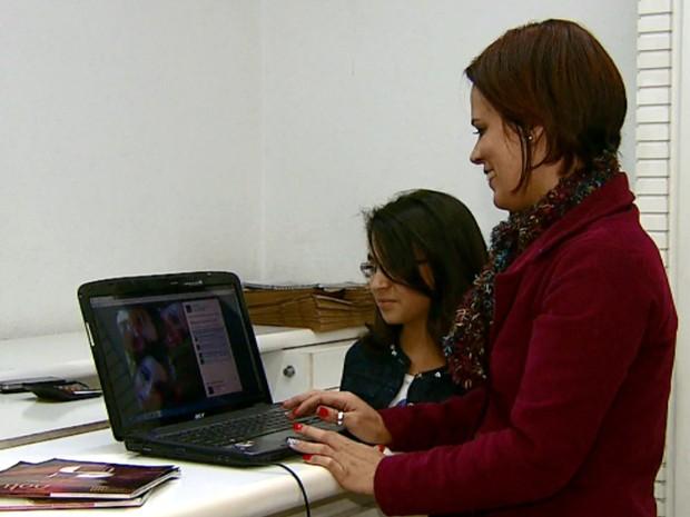 Comerciante de São Carlos monitora as fotos da filha postadas na internet (Foto: Rodrigo Sargaço/EPTV)