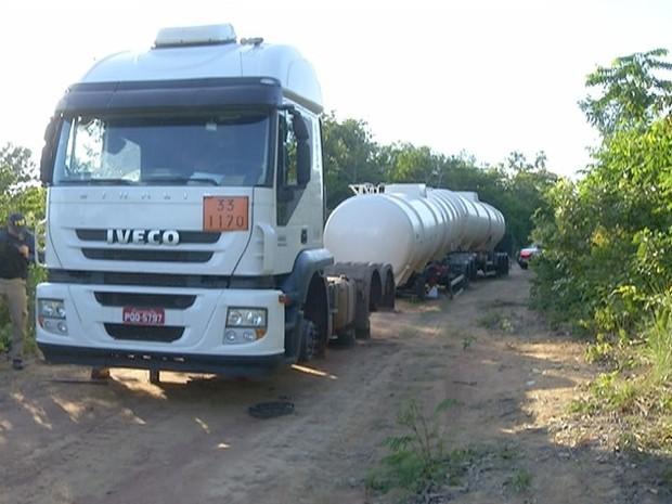 Caminhão teve 33 rodas e pneus furtados na BR-153 (Foto: Reprodução/TV Anhanguera)