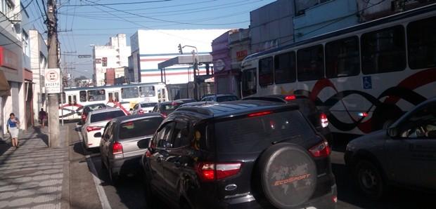 Trânsito na rua Brás Cubas, na área central de Mogi das Cruzes (Foto: Maiara Barbosa/ G1)