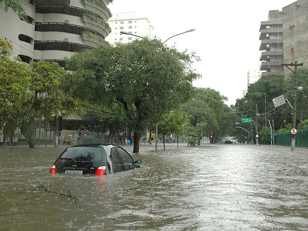 Chuva provoca alagamento na Avenida Pompeia, no bairro de Perdizes, em São Paulo (SP), na tarde desta terça-feira (18) (Foto: Paulo Preto/Futura Press)