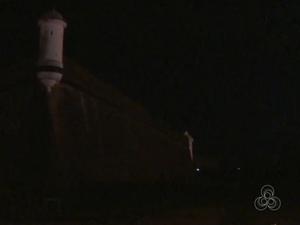As lâmpadas ao redor da Fortaleza não iluminam paredões do monumento (Foto: Reprodução/TV Amapá)