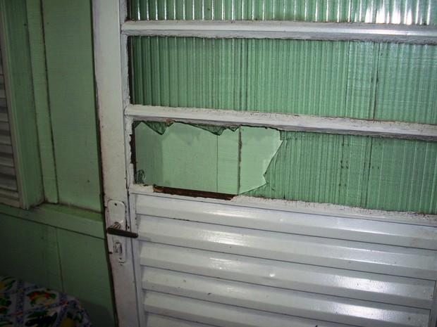 Suspeito arrombou a porta da casa em Palma Sola (Foto: Polícia Civil/Divulgação)