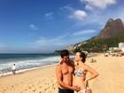 Grávida, Vitoria Frate recebe carinho de Pedro Neschling em praia do Rio