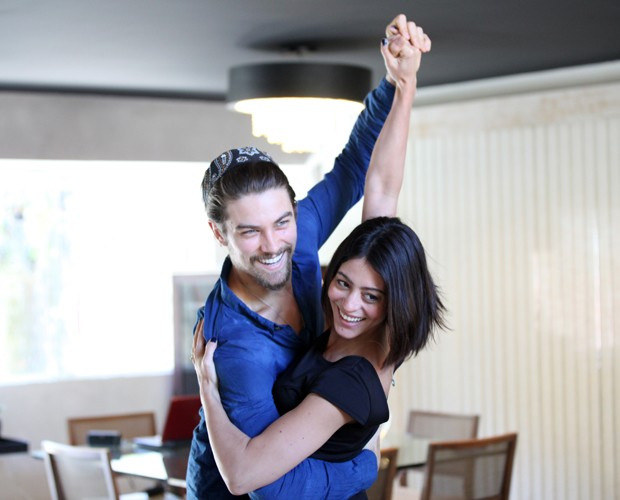 Rolou até tango na sala de Carol e Rapha (Foto: Carol Caminha / Gshow)