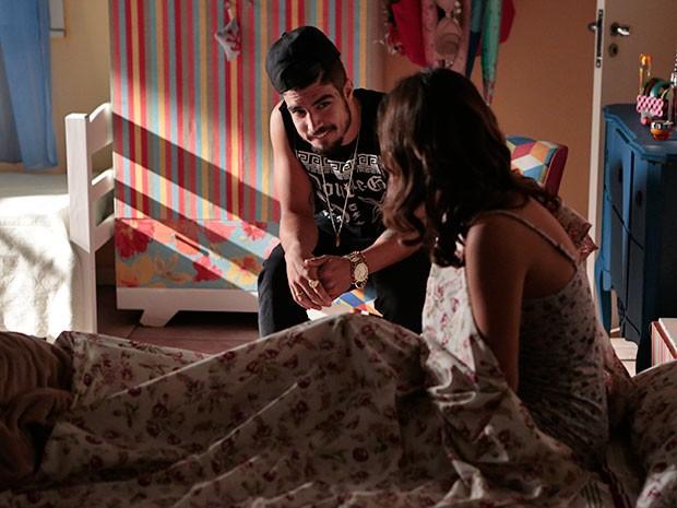 E aí? O que será que Grego está falando com Mari com essa marra toda? (Foto: Felipe Monteiro/Gshow)