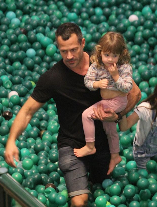 Malvino com Ayra na piscina de bolinhas (Foto: AgNews / J. Humberto)