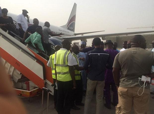 Passageiros tiveram que deixar o avião enquanto o homem não saía da pista (Foto: Reprodução/Twitter/CedaR C. Chinwuba)