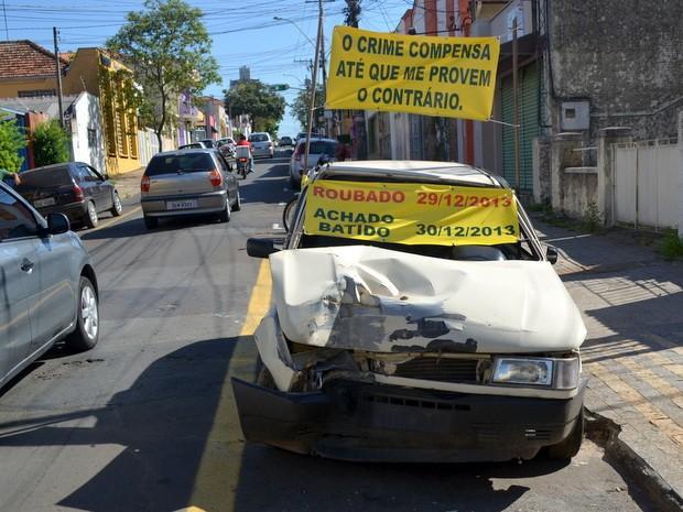 Carro é batido após furto e dono faz protesto com veículo em Piracicaba (Foto: Araripe Castilho / G1)