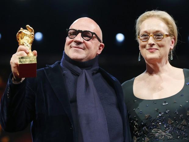 Diretor italiano Gianfranco Rosi levou Urso de Ouro de melhor filme, com Fuocoammare. Meryl Street foi a anfitriã (Foto: REUTERS/Fabrizio Bensch)