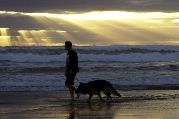 Passear com o cachorro é uma boa atividade para deixar o sedentarismo (Foto: Getty Images)