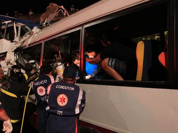 Vítimas no momento em que eram socorridas no micro-ônibus (Foto: Jamile Alves/G1 AM)