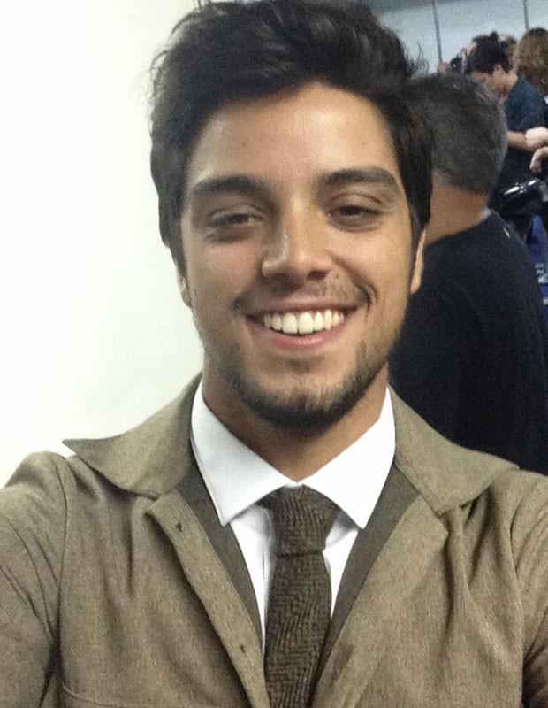 De visual novo, Rodrigo Simas faz selfie para o Gshow (Foto: Gshow)