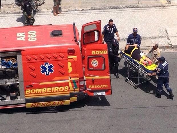 Mulher foi baleada na perna durante assalto à Caixa Econômica Federal de Casa Caiada, em Olinda. Ela foi socorrida pelo Corpo de Bombeiros (Foto: Reprodução / WhatsApp)