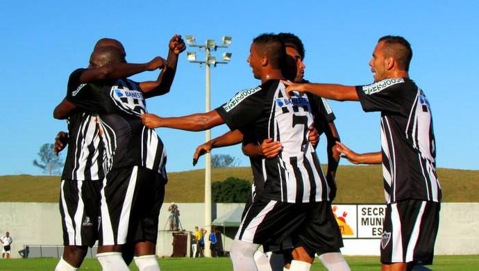 Jogadores do Atlético-ES comemoram vitória na estreia da Série B (Foto: Marcos Kito)