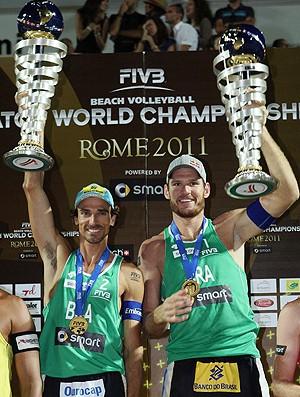 Alison e Emanuel vibram com título em Roma (Foto: divulgação / FIVB)