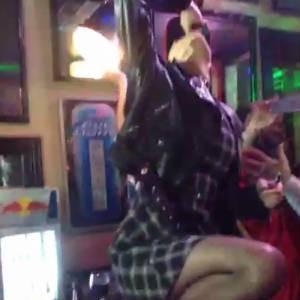 A cantora pulou do balcão do bar e atirou a cerveja longe após virar (Foto: Reprodução / Vine)