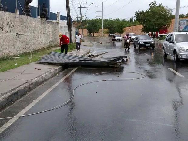 Parte da fiação elétrica caiu na Av. Autaz Mirim (Foto: Divulgação/Manaustrans )