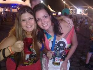 As amigas Michelle e Larissa são fãs de Durval Lélys. (Foto: Diego Souza/G1)