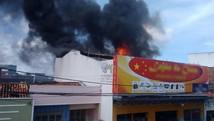 Incêndio destrói loja de importados no Centro (Priscila Bitencourt/ TV Sergipe)