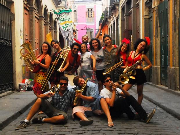 Renata Rodrigues (ao centro, de cabelos soltos) entre os integrantes do bloco Mulheres Rodadas. (Foto: Mulheres Rodadas/ Divulgação)