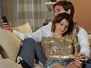 No celular de Conrado, só dá o clipe das empreguetes (Foto: Cheias de Charme / TV Globo)