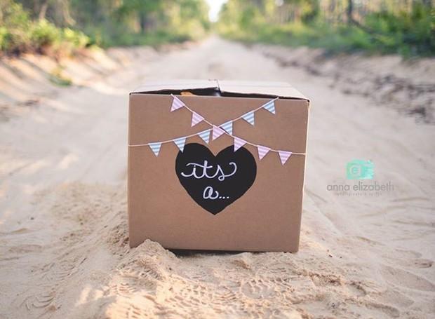 """O ensaio começa com a foto de uma caixa e a mensagem """"É um (a)"""" (Foto: Reprodução/ Facebook)"""