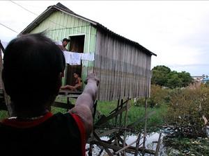 Morador de área alagada mostra as marcas da última cheia em sua casa (Foto: Indiara Bessa/G1 AM)