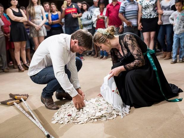 Helga e Alexandre juntam os cacos após o ritual do Quebra-Louças (Foto: André Alves)