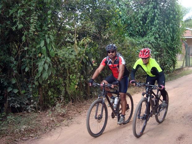 Ciclistas em estradas rurais de Louveira (SP) (Foto: Matheus Filippi/G1)