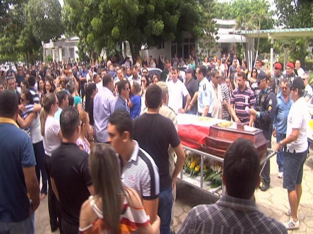 Na hora do enterro, familiares e amigos se despediram em meio a muita emoção. (Foto: Leandro Silva/TV Verdes Mares)