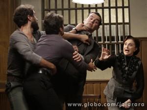 Barraco! Os dois dicutem e brigam feio na delegacia (Foto: Fábio Rocha/TV Globo)