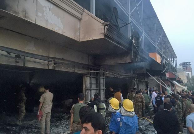 Serviço de emergência trabalha no local da explosão perto do consulado dos EUA (Foto: Associated Press)