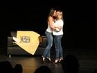 Andressa Ferreira beija atriz em peça e recebe apoio de Thammy Miranda