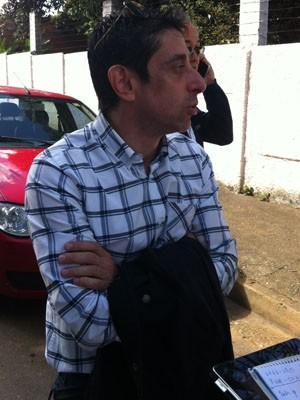 O ator Cássio Scapin chega ao velório de Cleyde Yáconis, que acontece em Jordanésia, Cajamar (Foto: Flávio Seixlack/G1)