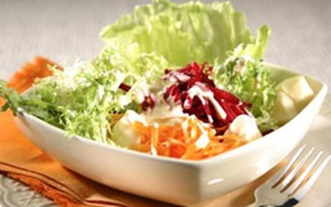 Salada simples com molho de iogurte e mel