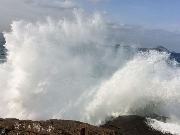 Ressaca do mar na Praia do Leblon, Zona Sul do Rio (Foto: Gabriel Barreira / G1)