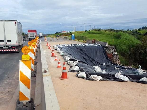 Trecho onde o asfalto afundou no km 75 em Vinhedo, da via Anhanguera (Foto: André Natale/EPTV)