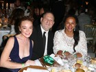 Lindsay Lohan dispensa sutiã e fica com o seio à mostra em festa