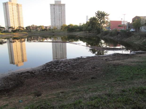 Lagoa do Saibro, em Ribeirão Preto (SP), tem volume de água rebaixado devido a estiagem (Foto: Silvana Santos/VC no G1)