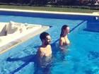 Adam Levine e Behati Prinsloo se divertem em piscina