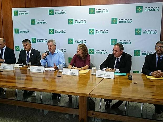 O governador Rodrigo Rollemberg e equipe econômica durante anúncio de situação fiscal do GDF (Foto: Mateus Rodrigues/G1)