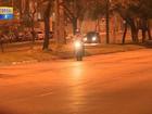 Motociclistas fazem manobras arriscadas em avenida de Porto Alegre