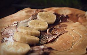 Panqueca doce com recheio de banana e coco ralado