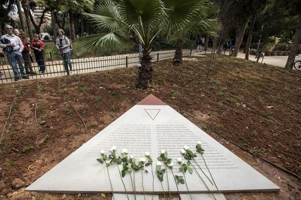 Monumento em Tel Aviv em homenagem às vítimas gays do nazismo é visitado nesta sexta-feira (10) em Tel Aviv (Foto: Jack Guez/AFP)