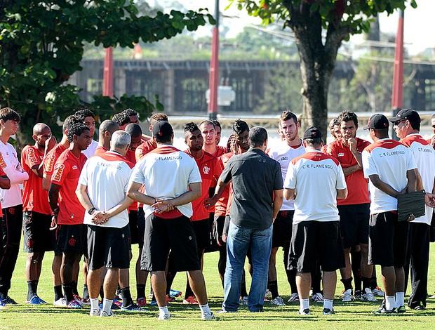 Zinho no treino do Flamengo em reunião com os jogadores (Foto: Alexandre Vidal / Fla Imagem)