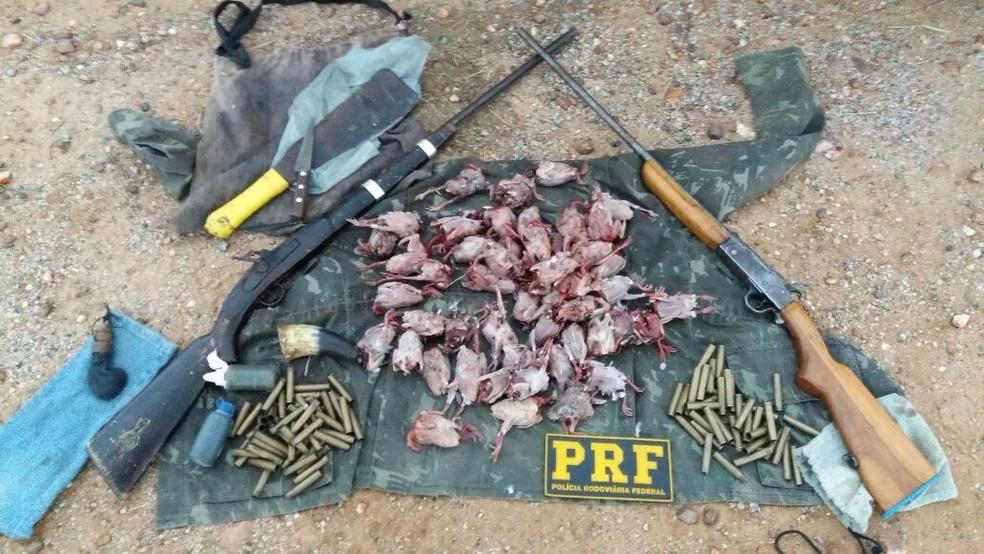 Uma espingarda artesanal, uma calibre 36 e 89 cartuchos estão entre os materiais apreendidos em Patos pela PRF (Foto: Divulgação/PRF)